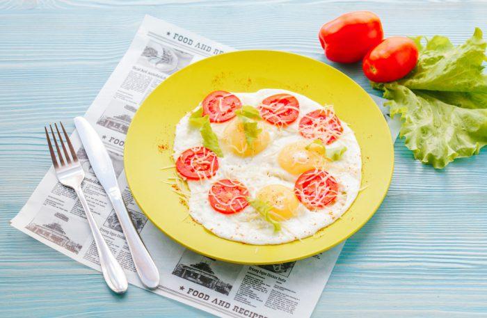 Яичница c помидорами и сыром